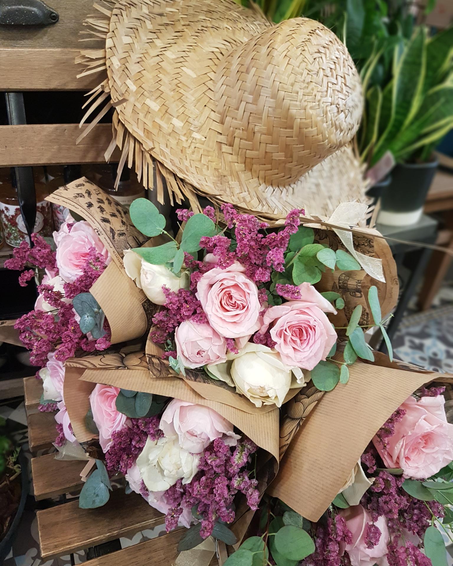 Le bouquet de roses parfumées avec son eucalyptus Hé fleur et moi fleuriste de Valenciennes bouquet